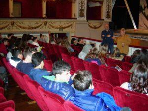 Sindaco, prof. Tritapepe e studenti a teatro