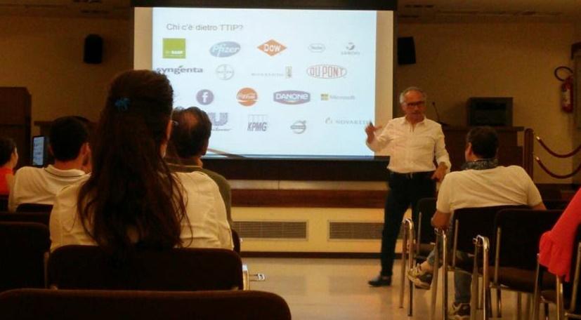 Il professor Tempesta durante una lezione sul TTIP