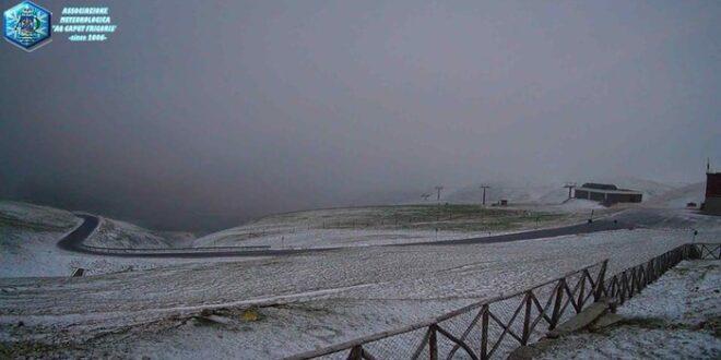 NEVICATA FUORI STAGIONE A CAMPO IMPERATORE: VENTI A 100 KM/H E TEMPERATURA A -2.6