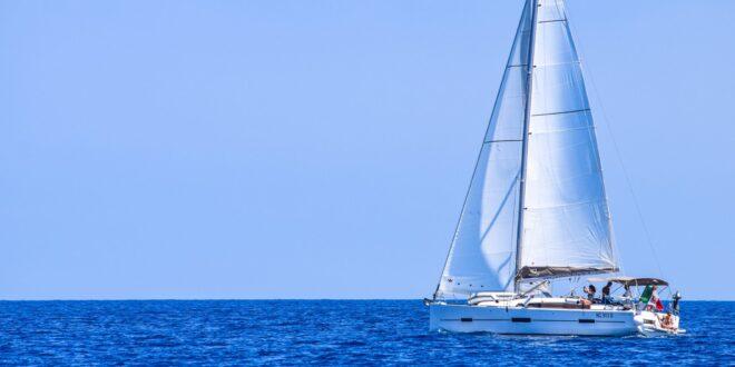 Un'idea originale per le prossime vacanze: un favoloso giro in barca a vela