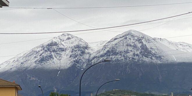 Meteo, 14 Maggio 2021. Monte Velino imbiancato dalla neve in pieno mese di Maggio
