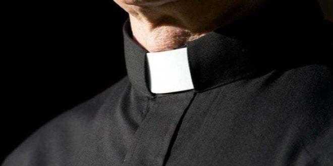 MADRE FA PROSTITUIRE IL  FIGLIO 17ENNE CON UN SACERDOTE IN CAMBIO DI DENARO: ARRESTATI